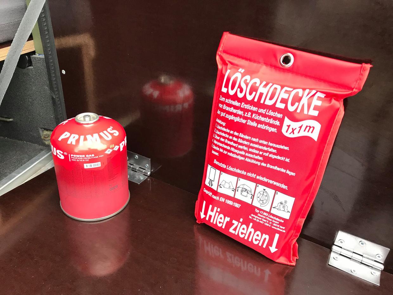 eine Feuerlöschdecke - kann sehr nützlich sein