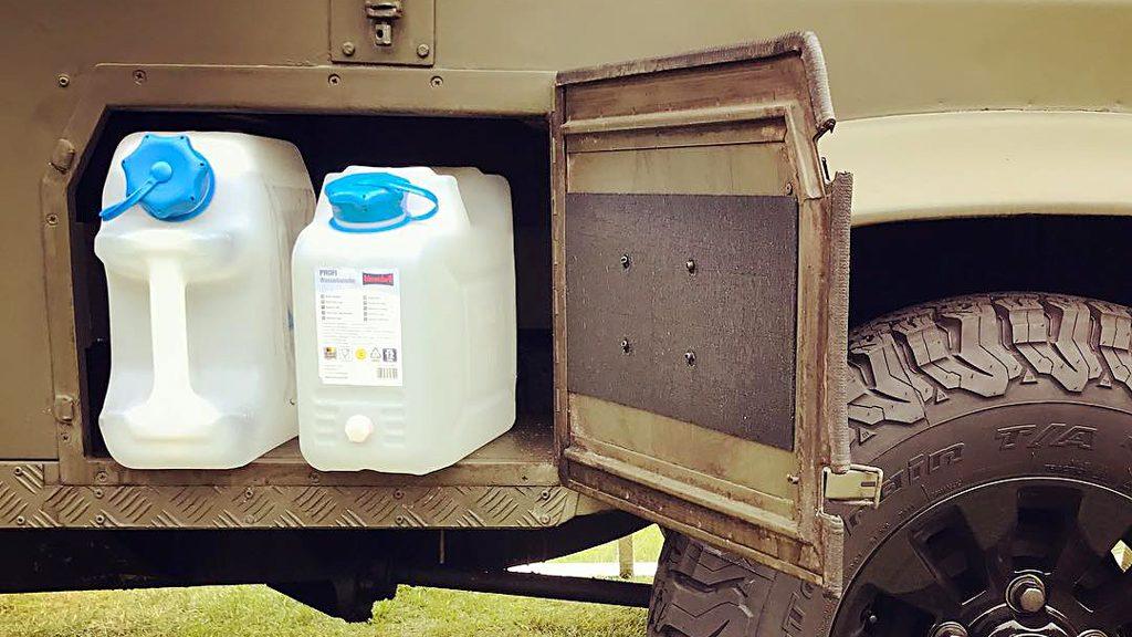 Wasserkanister vom Baumarkt-Wühltisch